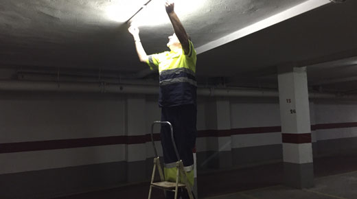 Garajista cambiando fluorescente en Valencia
